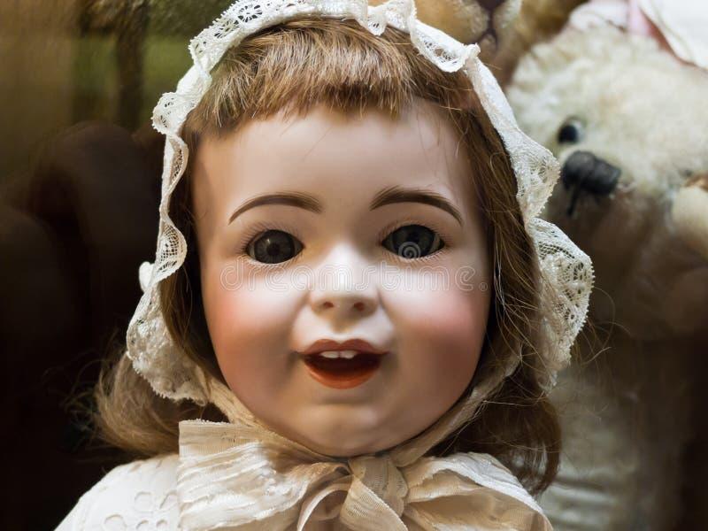 Antike Puppe mit nettem Lächeln stockbild