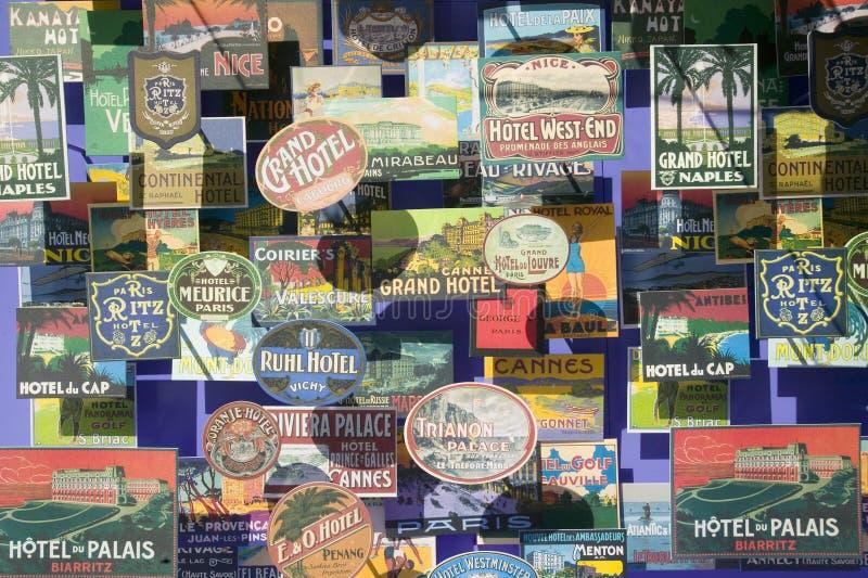 Antike Reisepostkarten werden drei dimensional im Fenster in Barcelona, Spanien gesehen lizenzfreies stockfoto