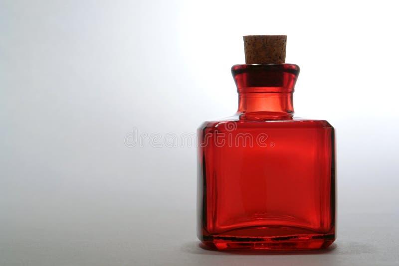 Antike rote Glasflasche stockbild