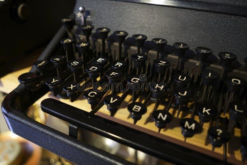 Antike schwarze Schreibmaschinendetails stockbilder