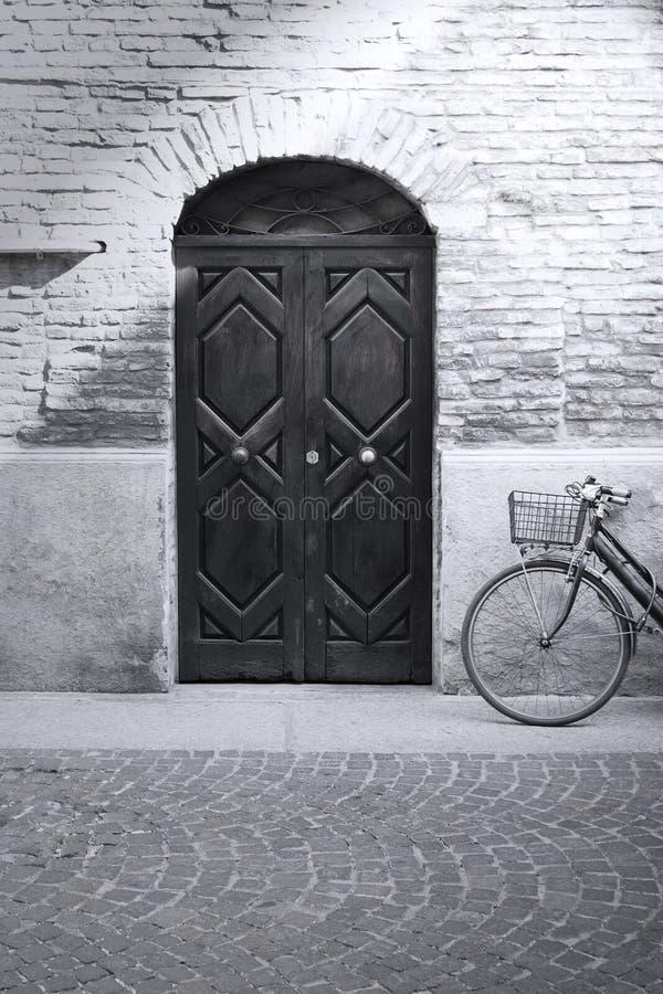 Antike Schwarzweiss-Fassade und Fahrrad stockfoto