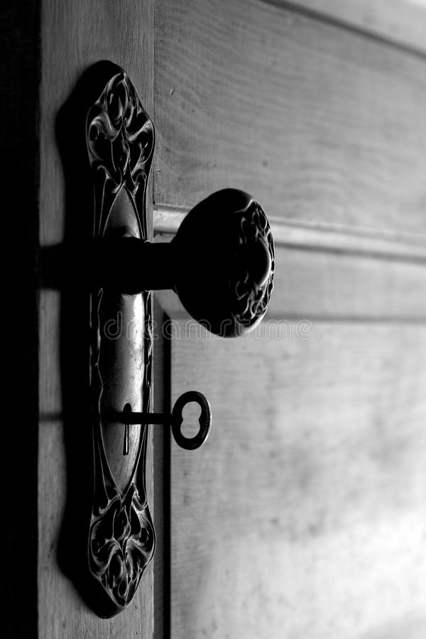 Antike Tür und Türgriff mit skeleton Taste innen lizenzfreie stockbilder