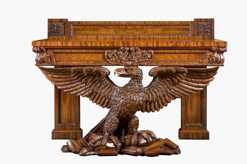 Antike Tabelle der alten Weinlese schnitzte schwer gestützt durch Adlerflügelverbreitung stockfotografie