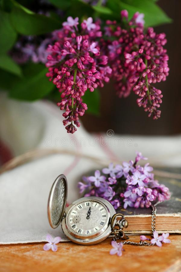 Antike Taschen-Uhr Alte Postkarten und Buchstaben mit Blume stockbild