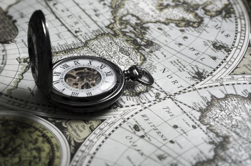 Antike Taschenuhr der Weinlese auf altem Kartenhintergrund lizenzfreies stockfoto
