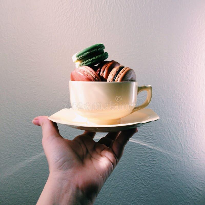 antike Teeschale voll halten von den Plätzchen stockfoto