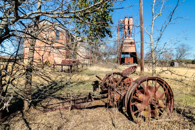 Antike Traktor-Teile bei alten Crawford Mill in Walburg Texas lizenzfreie stockbilder