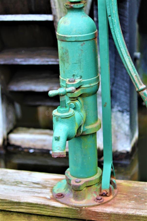 Antike Wasser-Pumpe lizenzfreie stockfotos