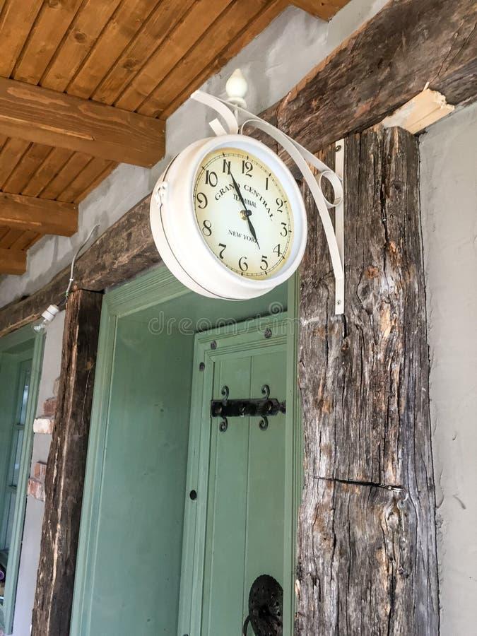 Antike weiße Uhr im Freien stockfotos