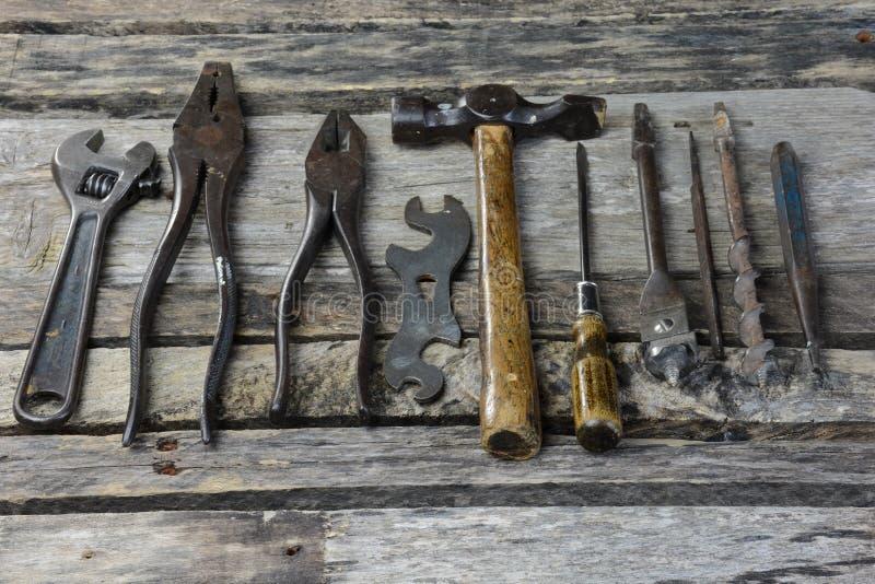 Antike Werkzeuge der Weinlese Handauf alter Werkbank lizenzfreies stockfoto