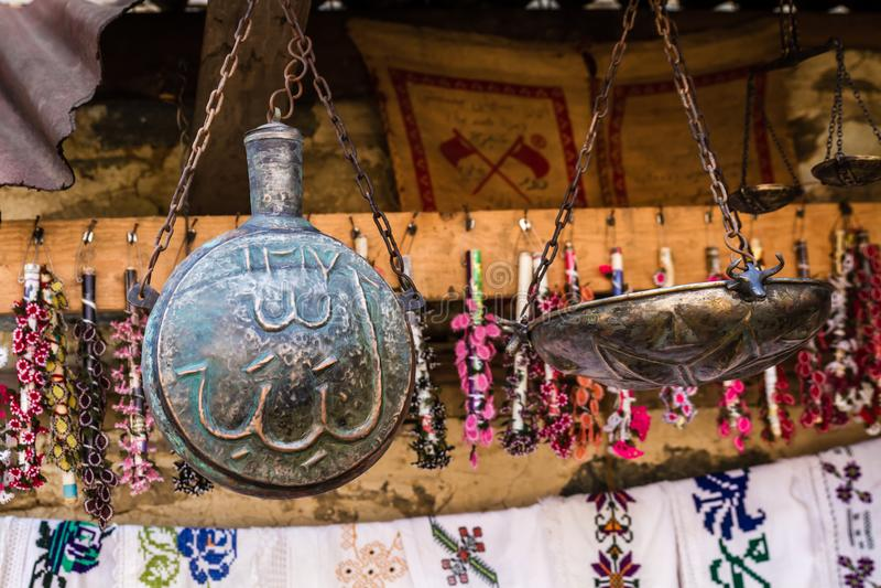 Antike wiegende Skala mit einzelner geschmiedeter kupferner Schüssel in einem Geschenk stockfoto