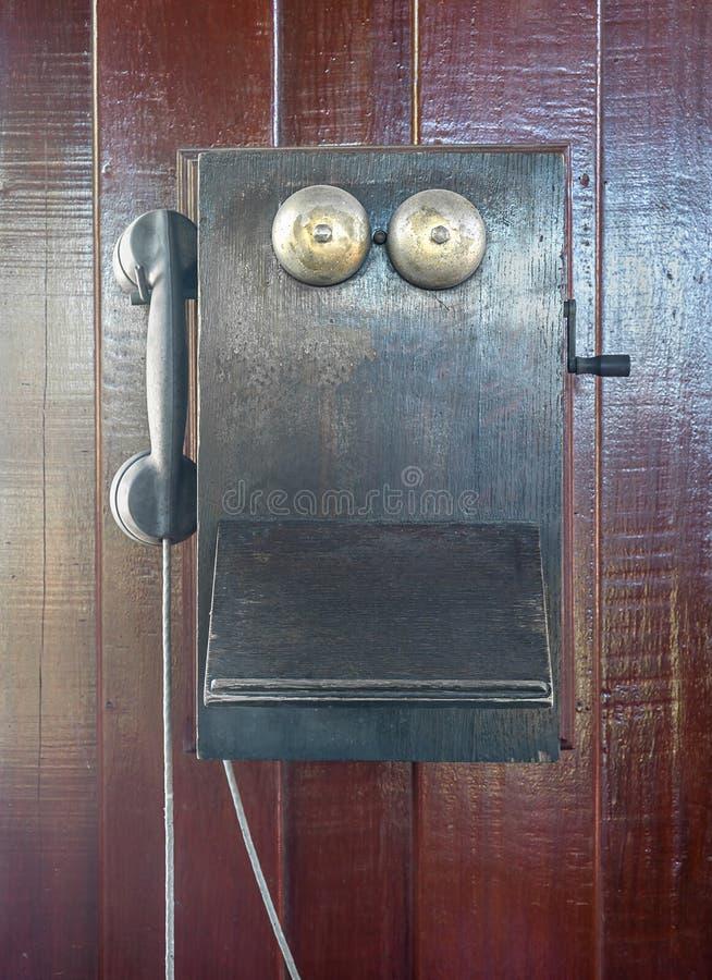 Antiker alter Telefonfall auf hölzerner Wand lizenzfreie stockfotografie