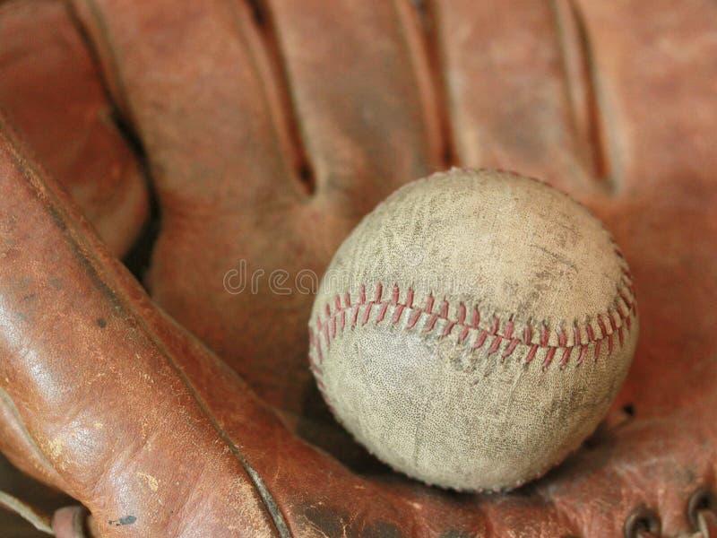 Antiker Baseball mit Handschuh lizenzfreies stockfoto