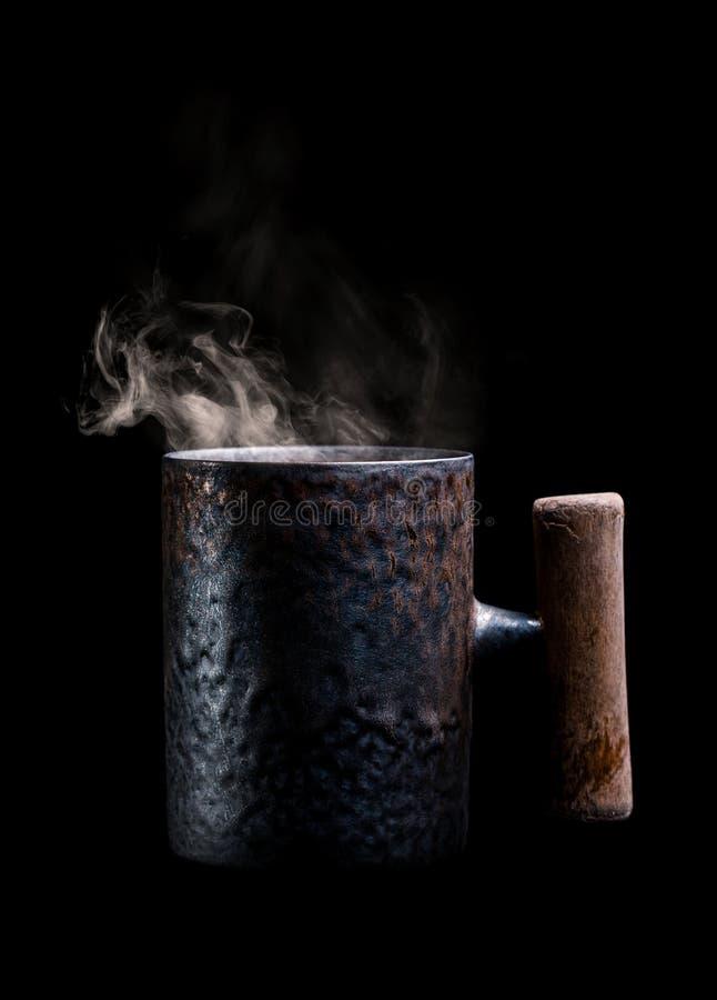 Antiker Becher mit aromatischem Kaffee lizenzfreies stockfoto