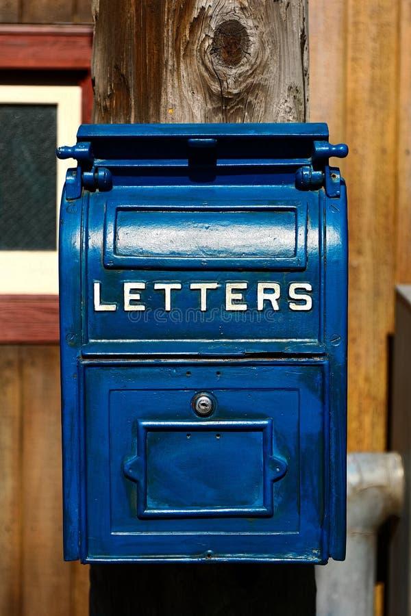 Antiker blauer Briefkasten lizenzfreie stockfotografie