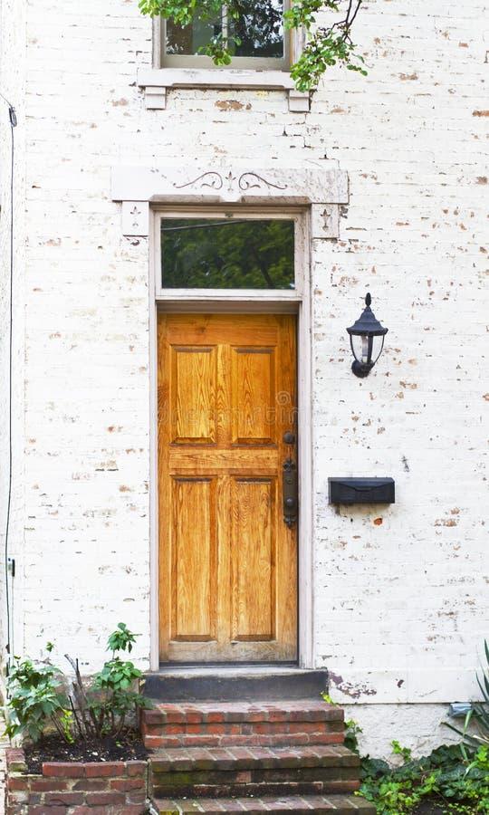 Antiker Front Door und Blumenbeet stockfotos