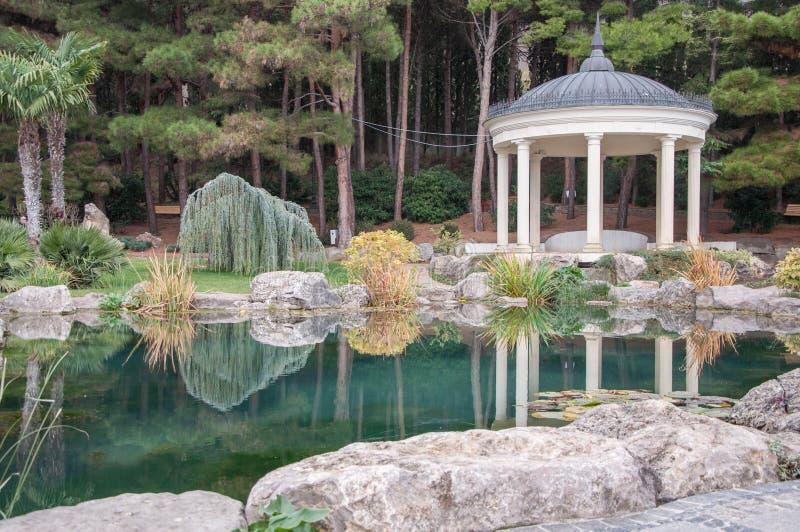 Antiker Gazebo im Park nahe einem Teich lizenzfreies stockfoto