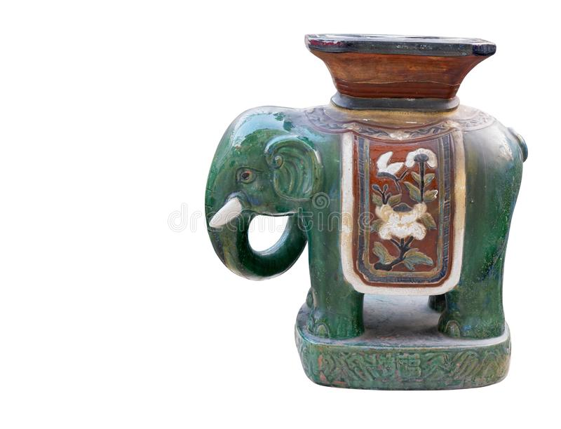Antiker grüner Elefant der Seitenansicht keramisch auf weißem Hintergrund, Weinlese, Gegenstand, Kopienraum lizenzfreies stockbild