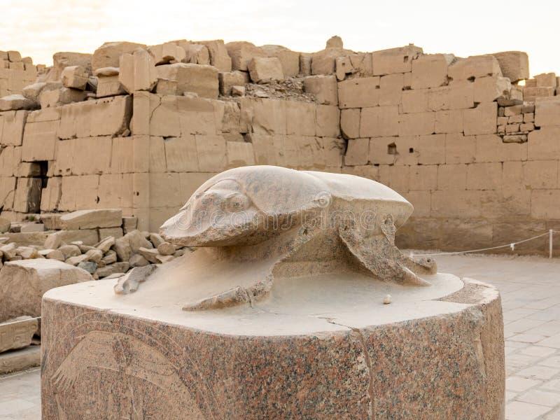Antiker Granit-Scarabäus an Karnak-Tempel in Luxor, Ägypten stockbild