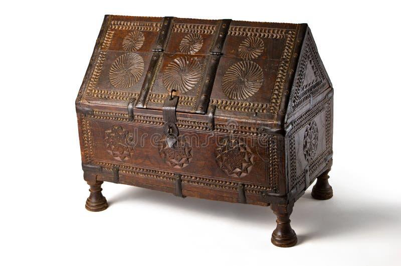 Antiker hölzerner Kasten mit Carvings stockfotos