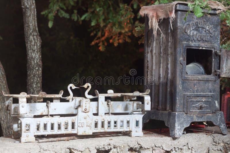 antiker hölzerner Ofen und Waage lizenzfreies stockfoto