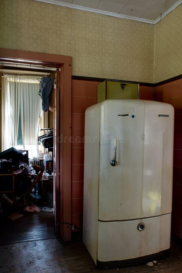 Antiker Kühlschrank - verlassene Catskills-Gebirgswohnung lizenzfreie stockbilder