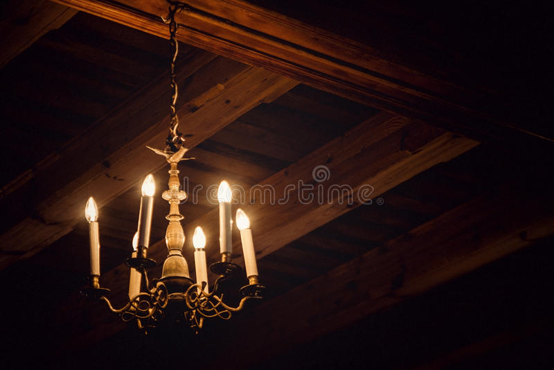 Antiker Leuchter in einem Dachboden stockbild