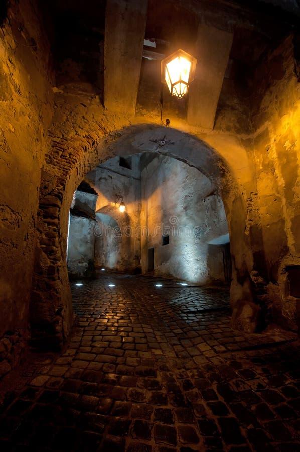 Antiker mittelalterlicher Durchgang bis zum Nacht stockfoto