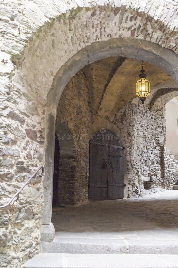 Antiker mittelalterlicher Steinbogen innerhalb des Schlosses lizenzfreies stockbild