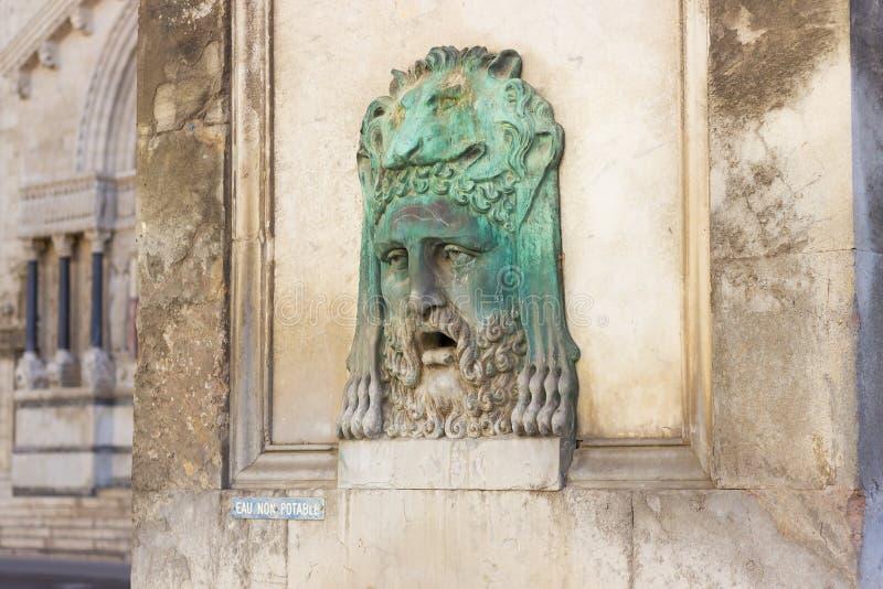 Antiker römischer Brunnen - Fragment von Arles-Obelisken Place de la Republique, Arles, Frankreich stockbilder