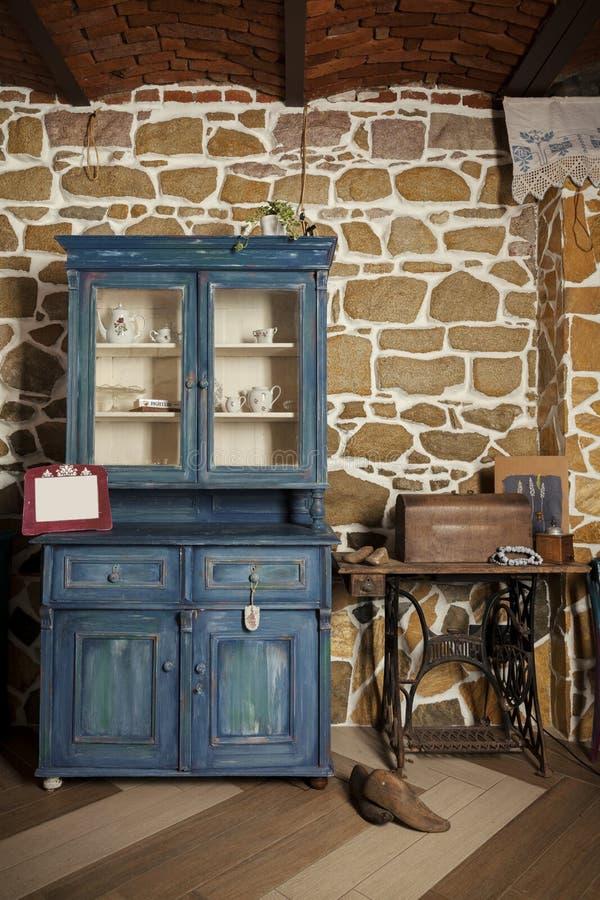 Antiker Schrank Innen lizenzfreie stockbilder