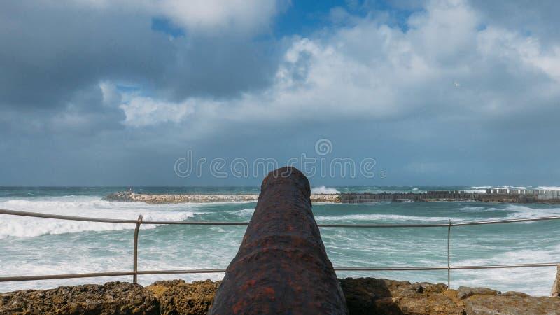 Antiker schwarzer Kanon, der in Richtung zum Ozean bei Ericeira, Portugal zeigt lizenzfreie stockfotografie