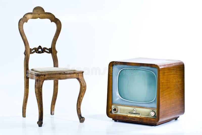 Antiker Stuhl und Fernsehen stockbilder