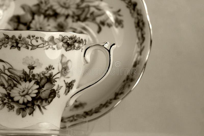 Antiker Teacup auf Weiß lizenzfreie stockfotografie