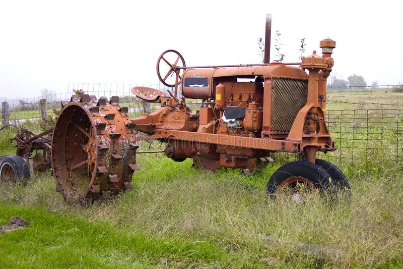 Download Antiker Traktor stockfoto. Bild von ballen, gras, feld, landwirte - 31992