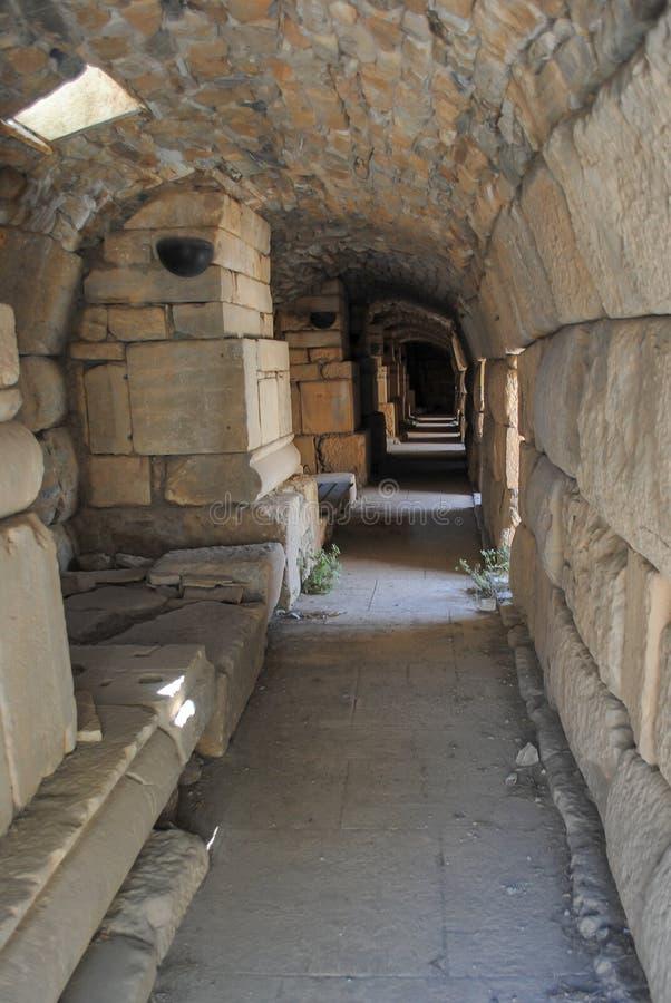 Antiker Untertagekatakombenkorridor in der Höhle stockbilder