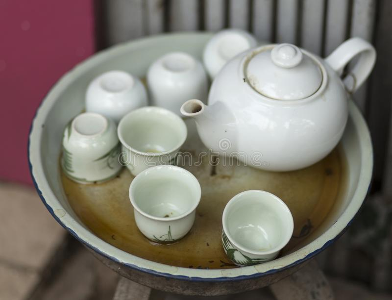 Antiker weißer Teesatz an einer Hanoi-Flohmarkt lizenzfreie stockbilder