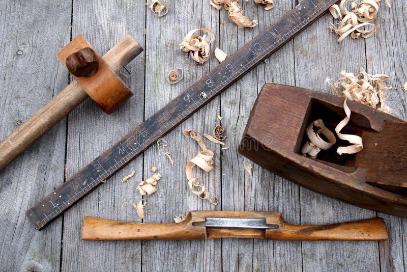 Antiker Weinlesemachthaber, Spokeshave, Nutmessgerät und Blockfläche stockfotos