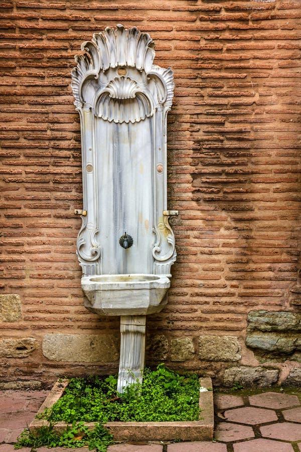 Antikes altes Waschbecken in Istanbul, die Türkei lizenzfreies stockfoto