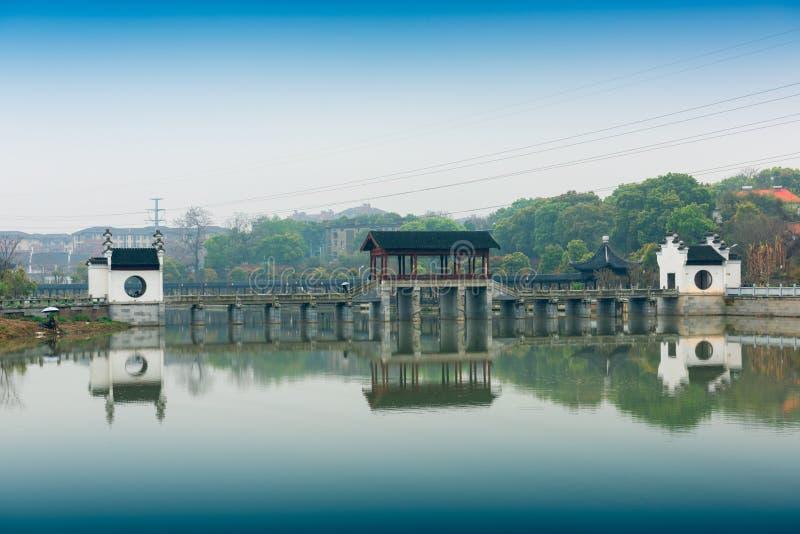 Antikes Brückenanchang Mei Lake Scenic Area lizenzfreies stockbild