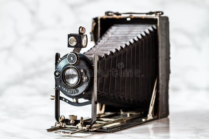 Antikes Goerz Berlin, Compur-Falten-Kamera auf Marmorhintergrund stockfotografie