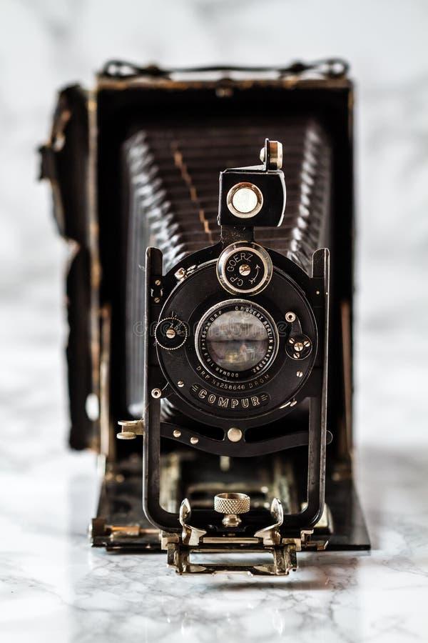 Antikes Goerz Berlin, Compur-Falten-Kamera auf Marmorhintergrund lizenzfreie stockfotografie
