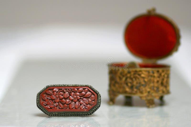 Antikes Gold und rotes Schmuckkasten- und -broschenstillleben lizenzfreies stockbild