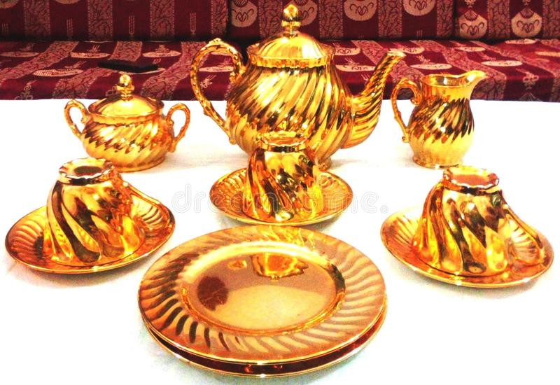 Antikes goldenes teaset stockfotos
