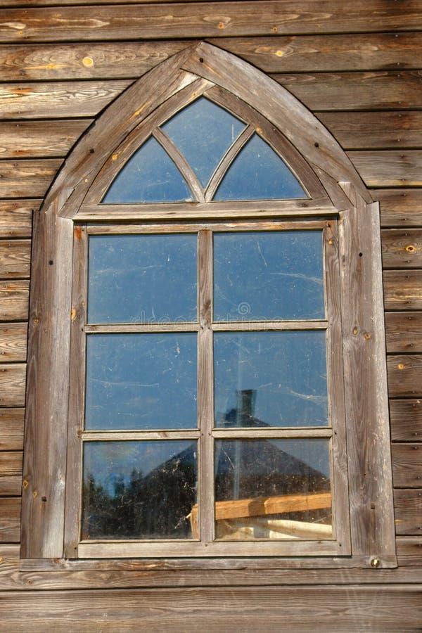 Antikes hölzernes Fenster Gealterte klassische Gebäudefassade Weinlesegebäude-Fassadenwand Klassische europäische Architektur stockbild