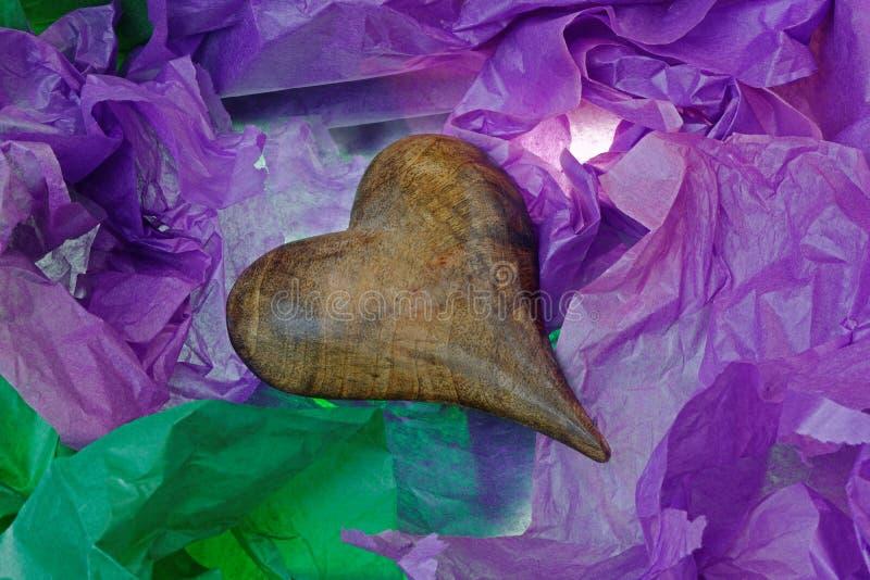 Antikes hölzernes Herz im Seidenpapier lizenzfreies stockbild