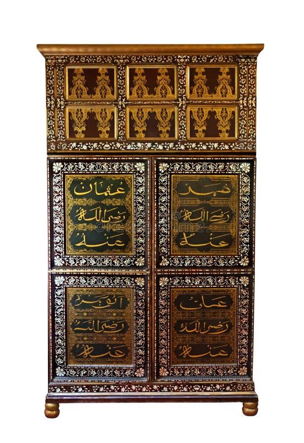 Antikes hölzernes Kabinett mit gemalter Fassade im arabischen languag stockfoto