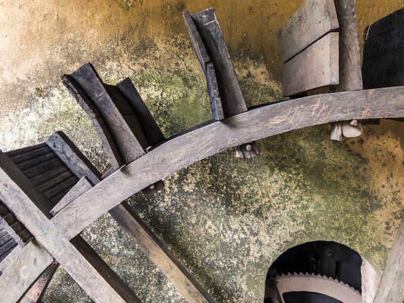 Antikes hölzernes Wasserrad auf einem Bauernhof in Brasilien stockbild