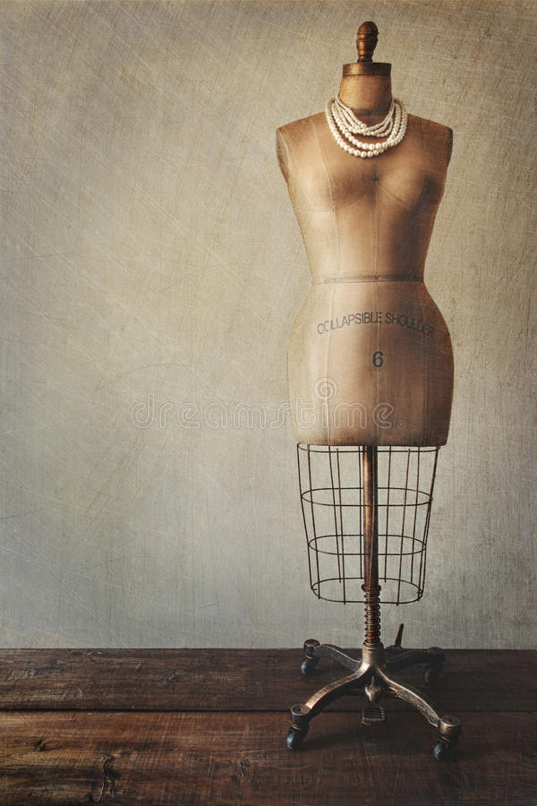 Antikes Kleidformular mit Weinleseblick stockfotos