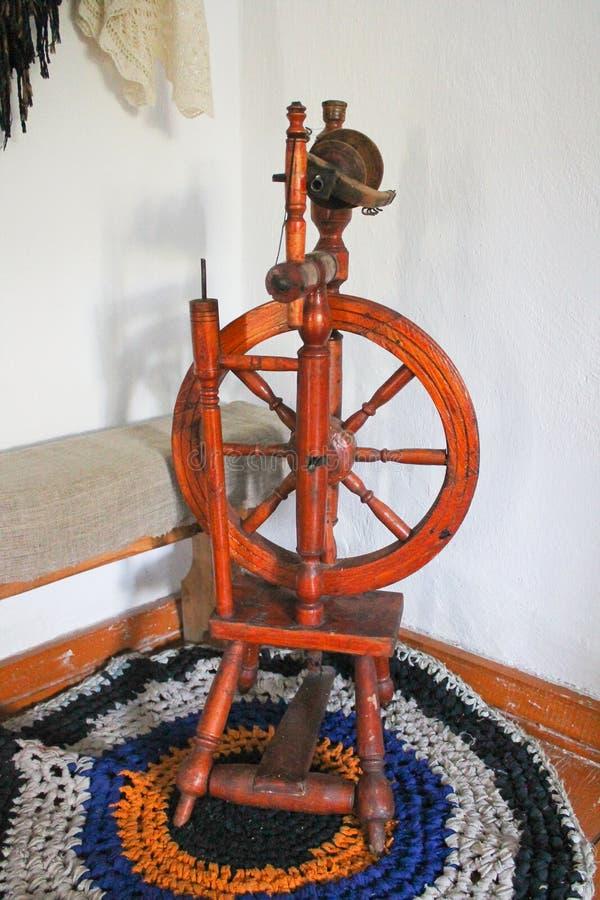 Antikes russisches Spinnrad lizenzfreie stockbilder